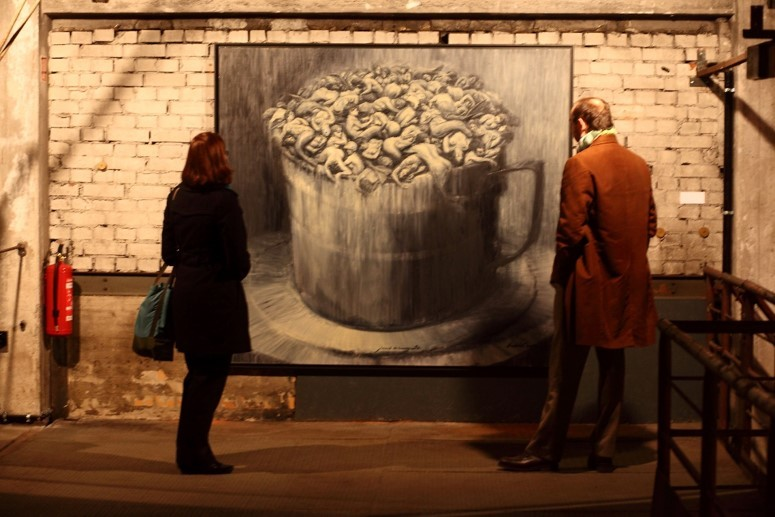 """Frau und Mann betrachten Bild auf der Ausstellung """"Obsessions"""" im Oktober 2012 auf dem Gelände der ehemaligen Bötzow-Brauerei Berlin"""