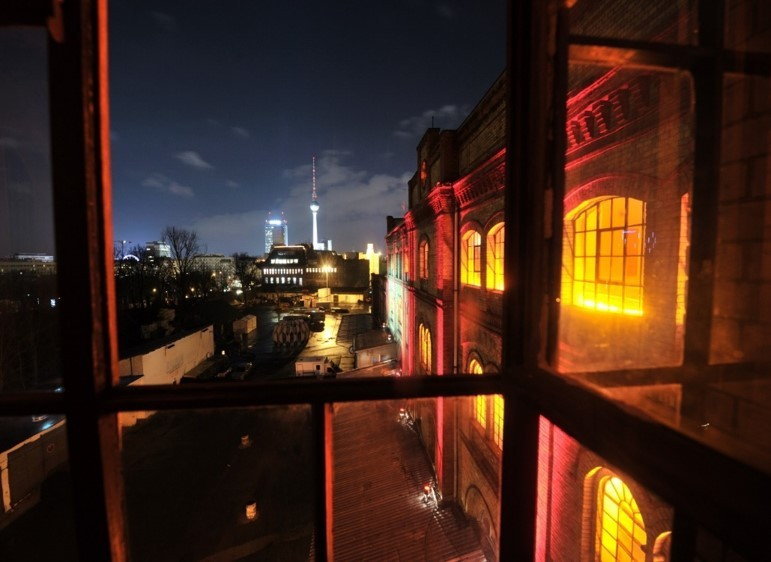 Bötzow Berlin bei Nacht, Aufnahme aus dem Fenster, Blick auf den Berliner Fernsehturm © FTWild