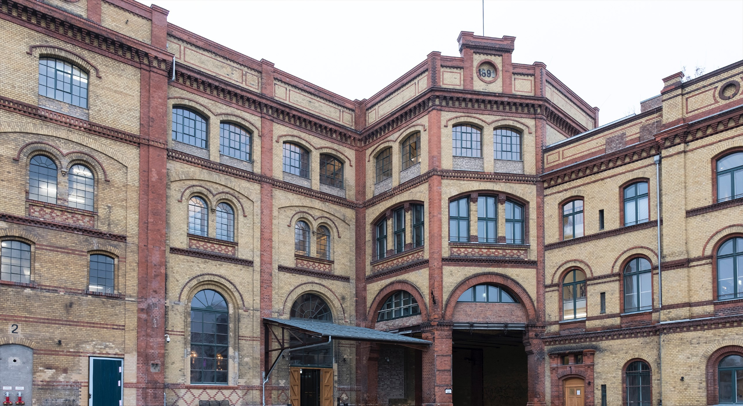Außenansicht der ehemaligen Bötzow-Brauerei Berlin nach Sanierung, rot-gelbliche Backsteinfassade