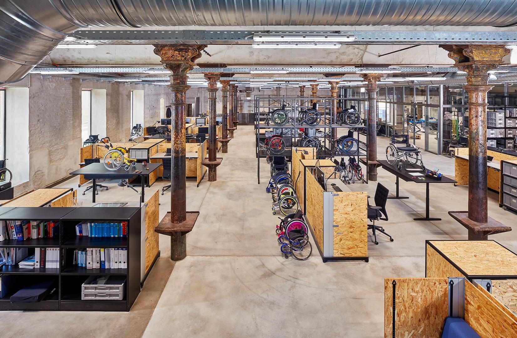 Halle der Ottobock Human Mobility, Arbeitsplätze, Rollstühle