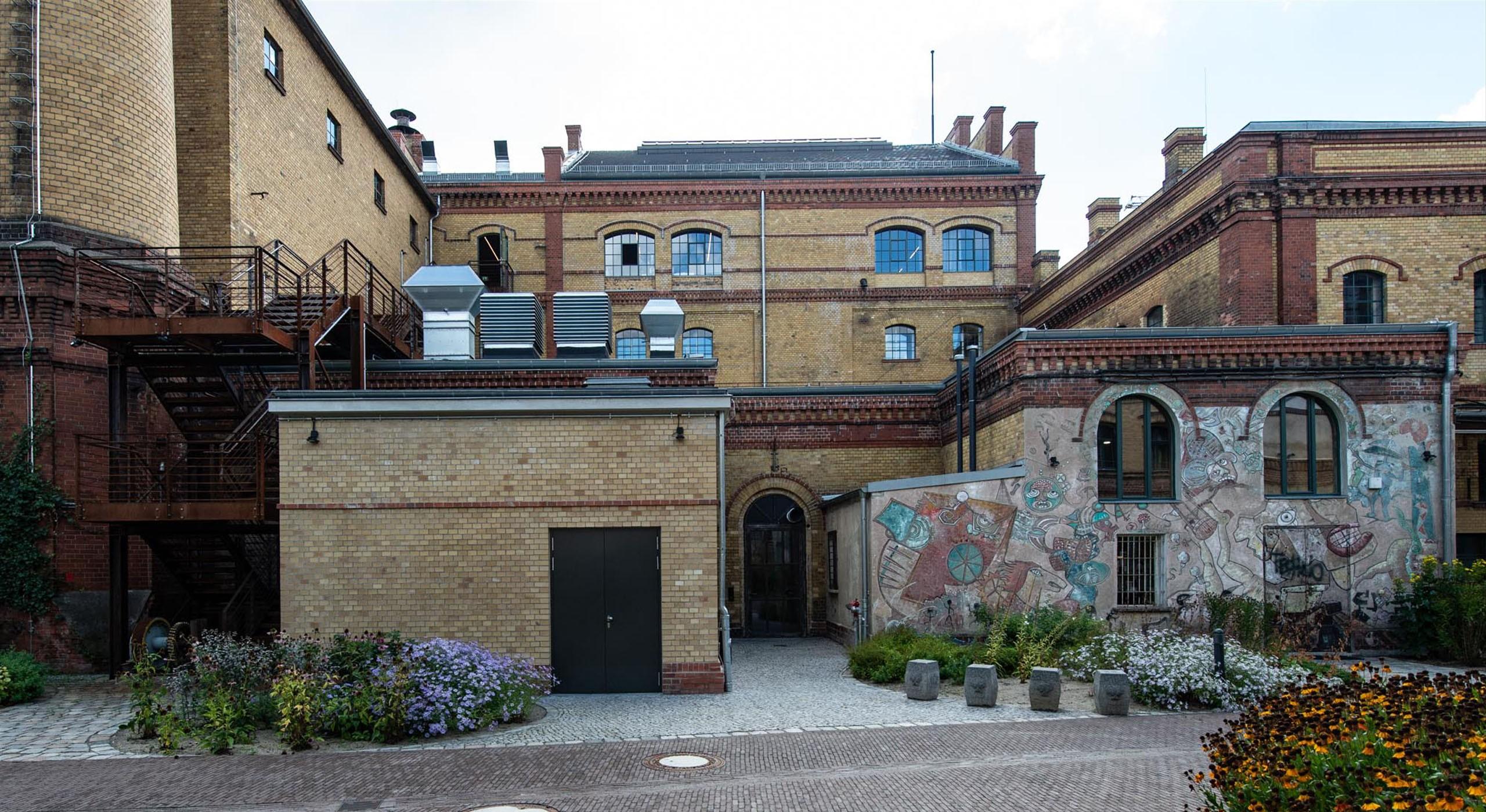 Fassade Bötzow Grafitti saniert © Bernd Blumrich